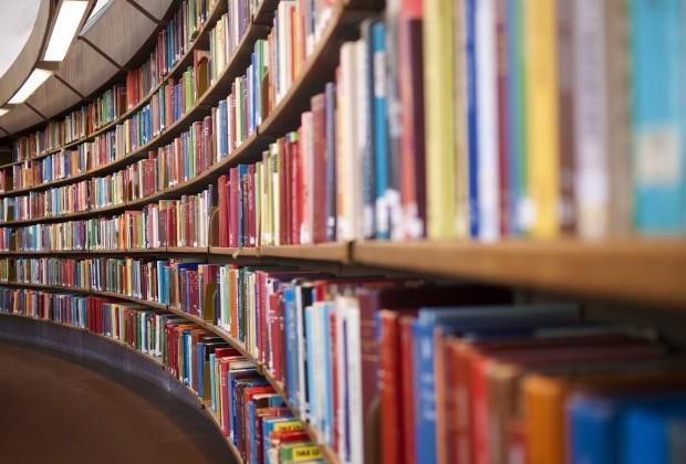 Uno scaffale di IN-Book nella Biblioteca dei Ragazzi