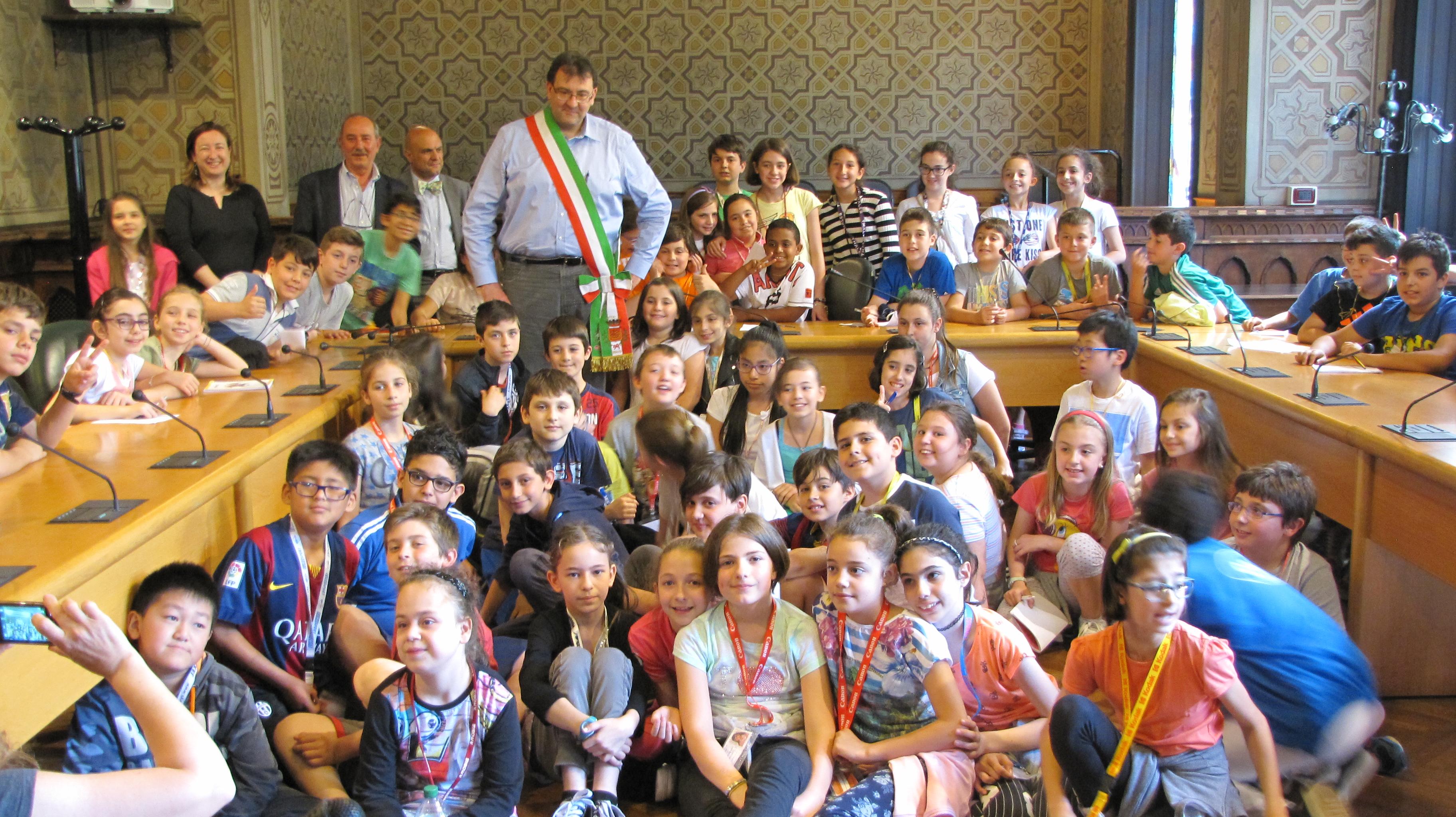 Gli alunni della scuola Anna Frank fanno visita al Sindaco