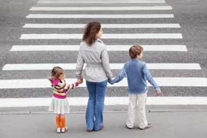 Teniamoli per mano. La Polizia Locale  dà consigli a genitori e nonni sulla sicurezza stradale