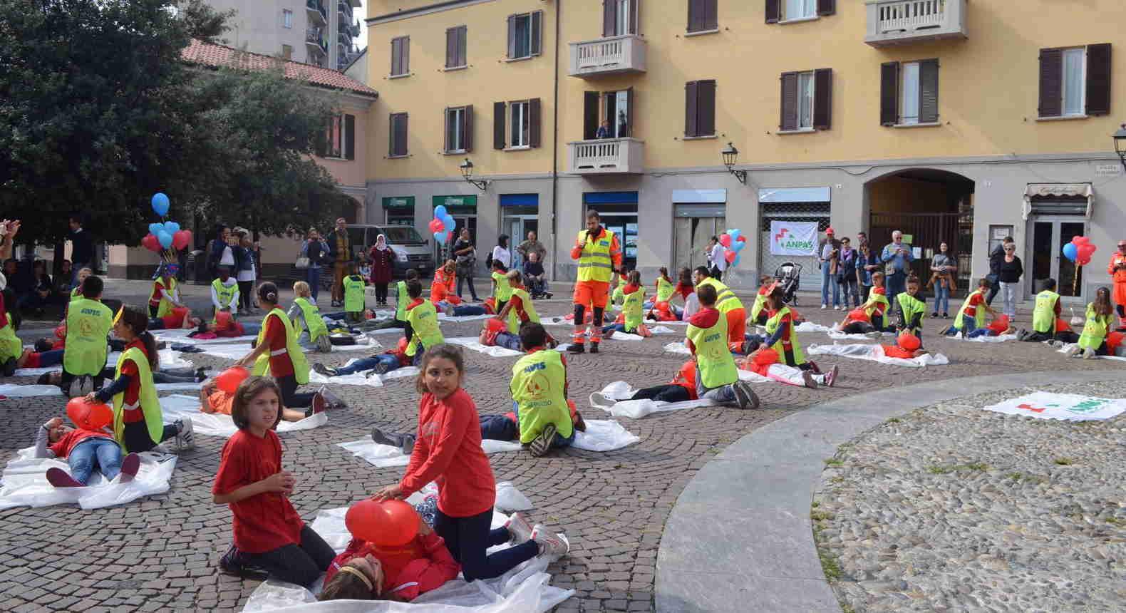 """""""Eroi senza superpoteri"""": successo per il flash mob dell'AVIS di Cologno"""