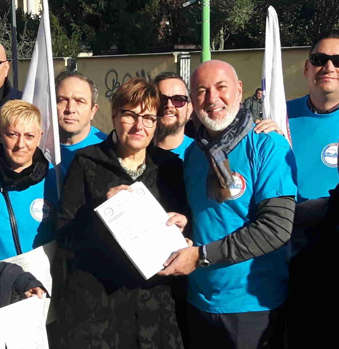 La lista civica 'La Tua Città' consegna al Sindaco Trezzi 2400 firme